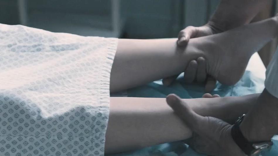 #经典看电影#14岁女儿到继父家度假,却离奇死亡,真相令人发指!