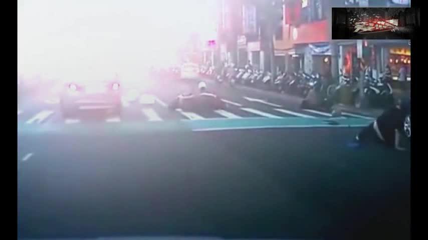 #车祸#监控:十几辆电动车路边行驶,越野车一过电动车就无一幸免!