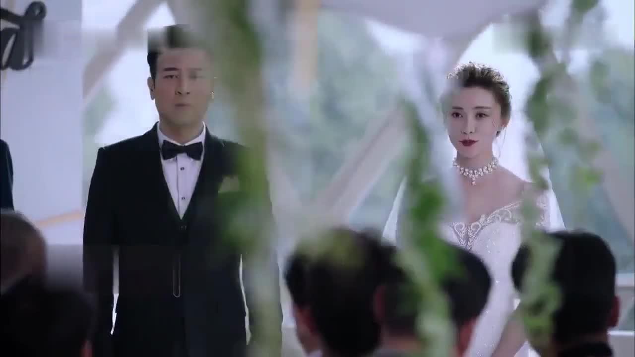 #经典看电影#婚礼上新娘子用酒毒死众人,最后拿着枪指向了伴娘,这什么情况?