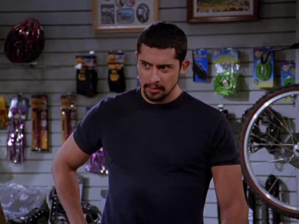 两男子在挑选自行车,突然发现不会骑,两人暗暗下定决心