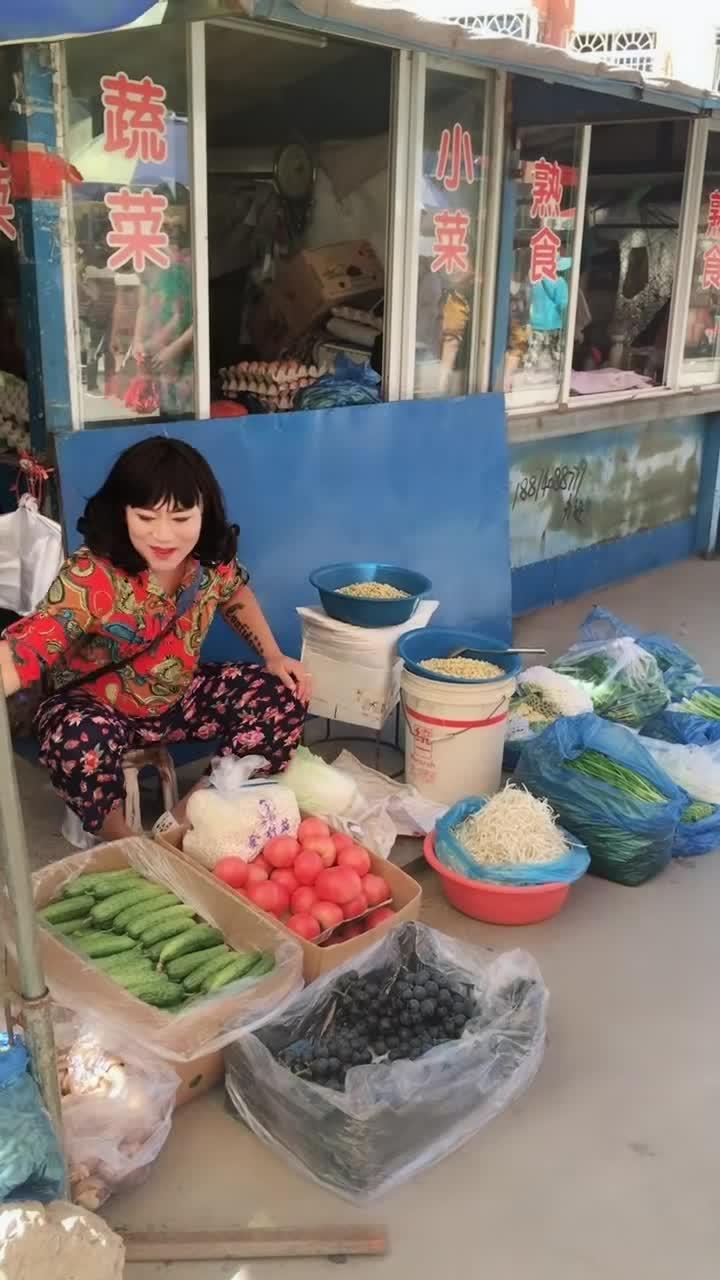 #人妖卖白菜#东北人妖卖白菜,结果笑傻所有人!