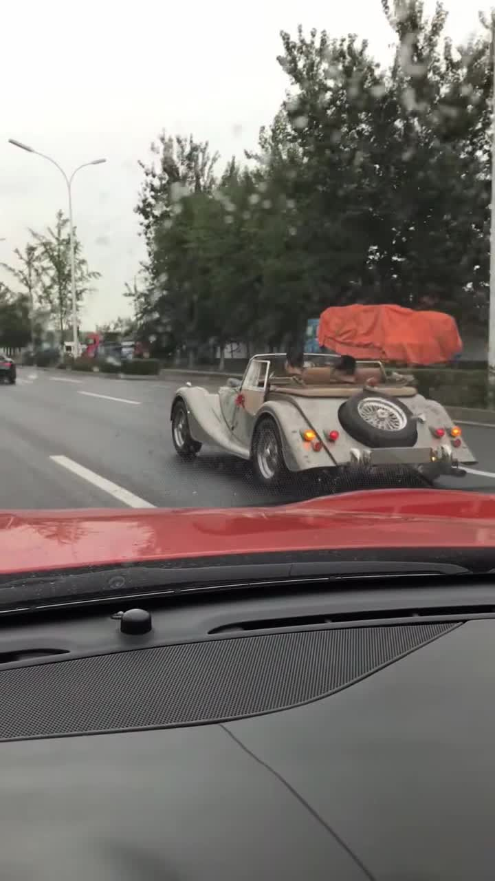 #敞篷跑车#开着敞篷跑车突然下雨怎么办,原来还有这招!