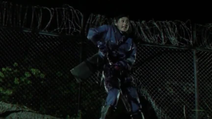 最佳拍档:小姐姐冲撞铁网,光看留下的印子,就知道什么情况了