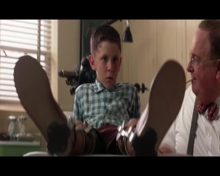 男孩腿上带着金属支架,妈妈不断鼓励儿子和其他人一样