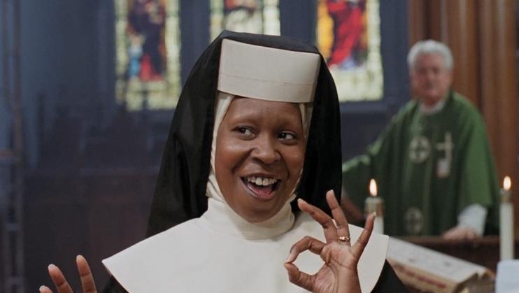 #爆笑看电影#一部美国喜剧电影,女歌手带着一群修女,把三个杀手送进了监狱!