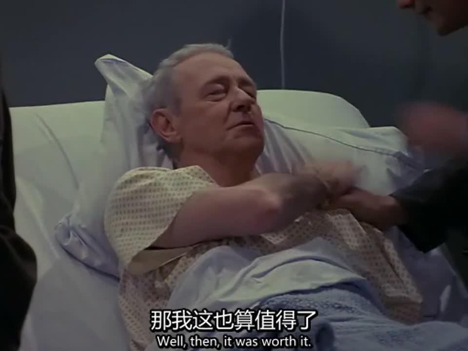 男人躺在病床上,俩人过来探望,男人说他过几天就能出院了