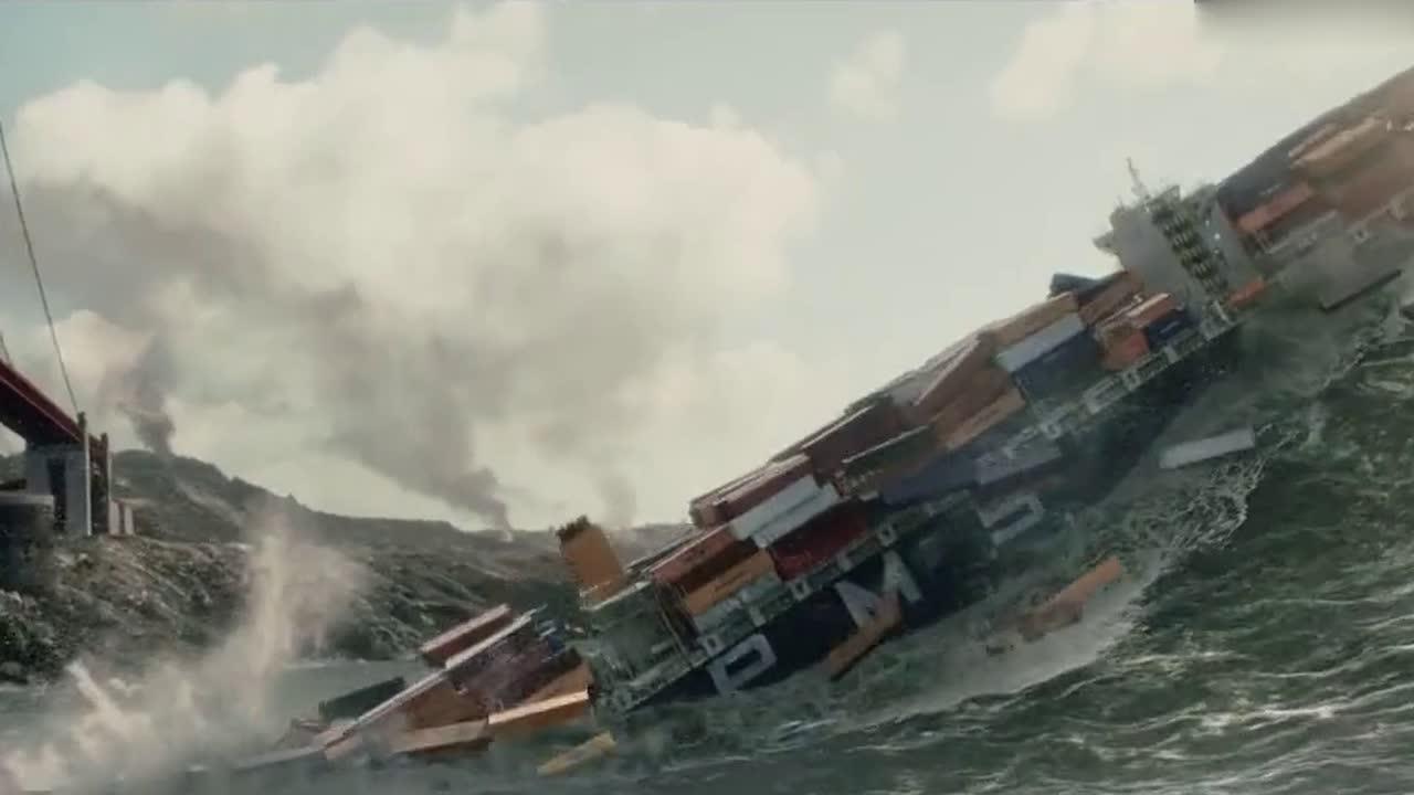 巨浪席卷而来直接把邮轮卷向大桥,这场景太恐怖了