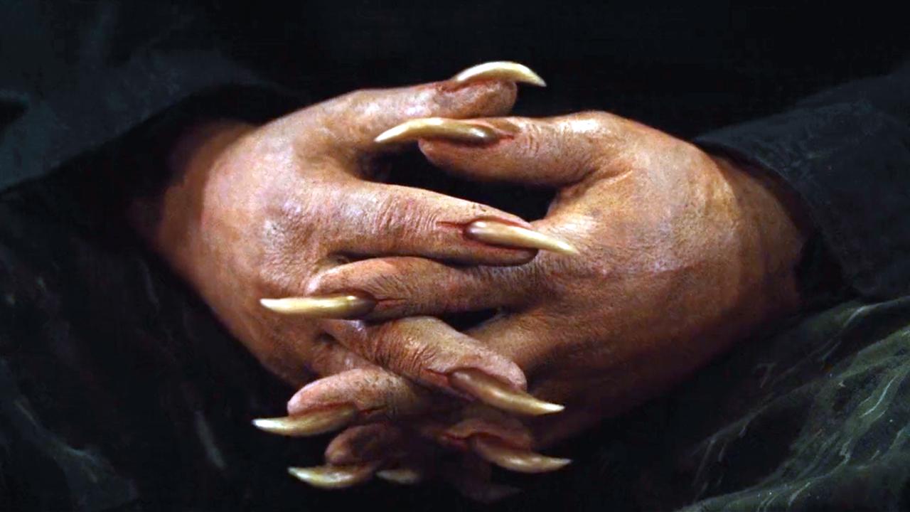 男子的手指,能伸出狼一样的指甲,锋利无比!