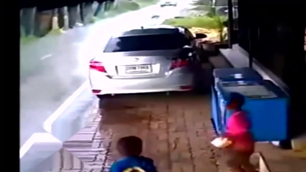 商店门口,两个小孩正在玩耍,监控却突然拍下发生的恐怖一幕