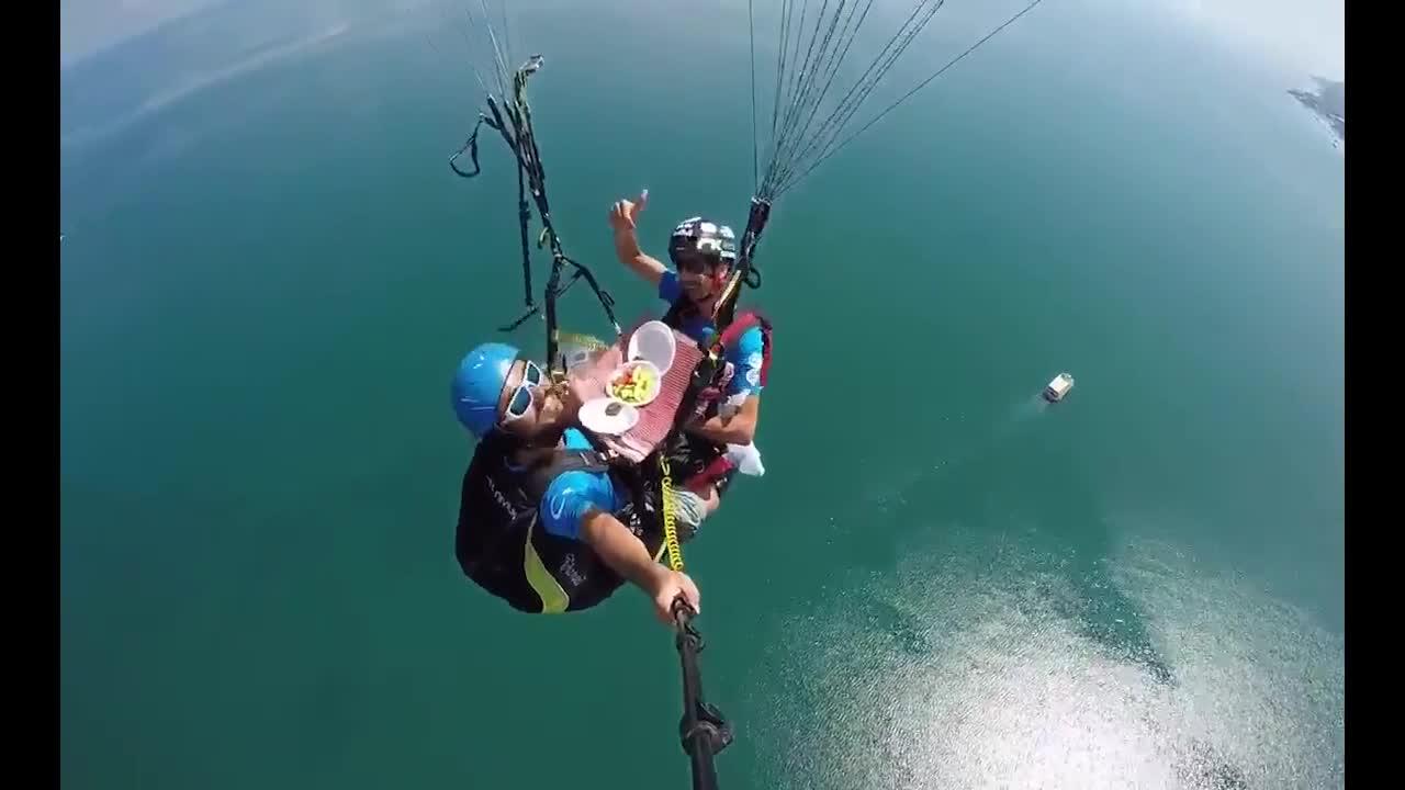 城会玩,用降落伞在空中吃顿晚餐!