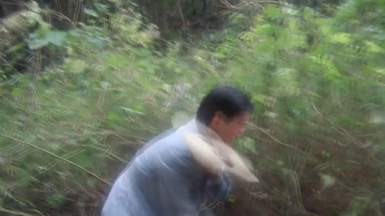 #电影片段#男子只顾着打蛇,却忘记老婆没穿裙子,不料老婆被曝光了