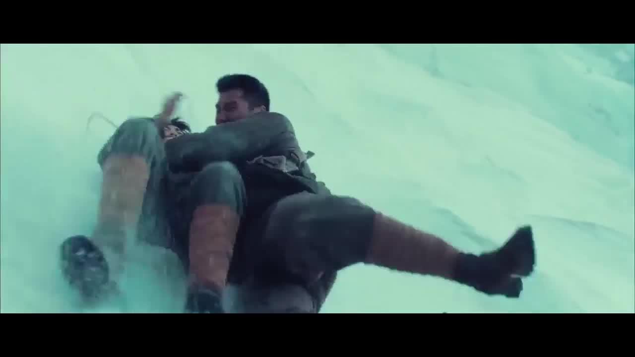 跳下悬崖,险象环生,男女被挂冰柱