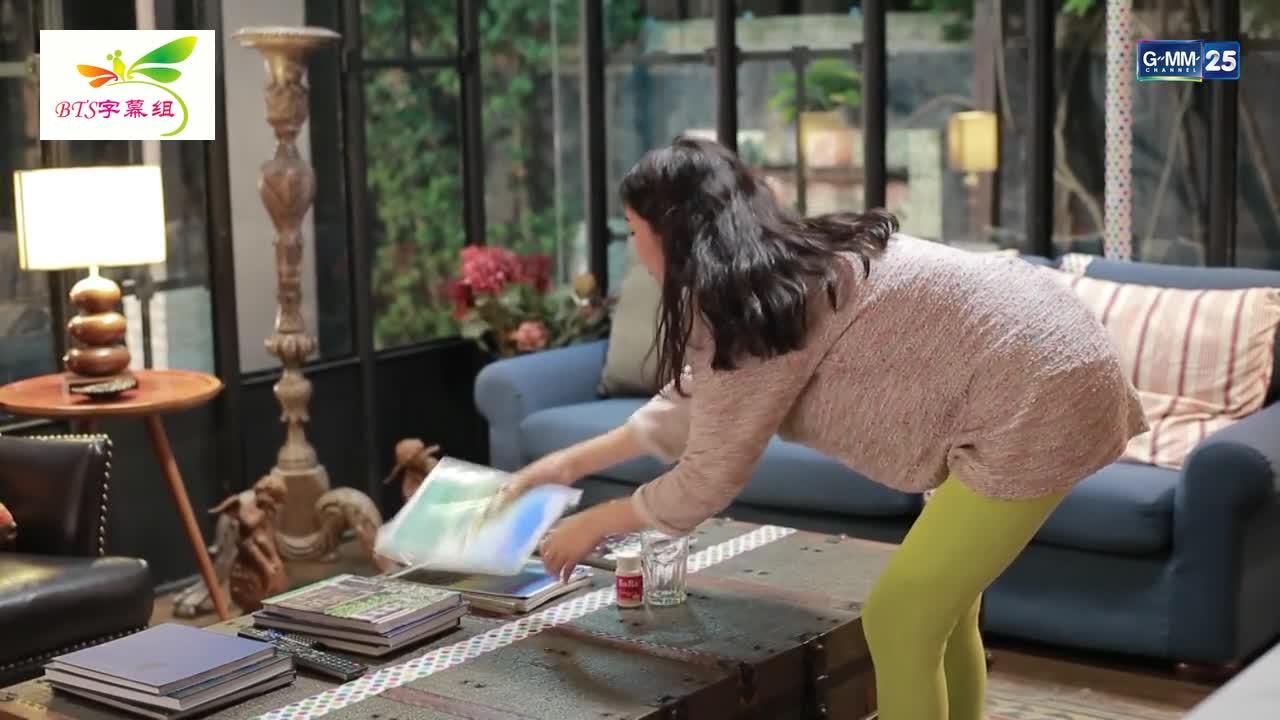 女主找寻身份证时,看到男主的杂志,显露出情愫