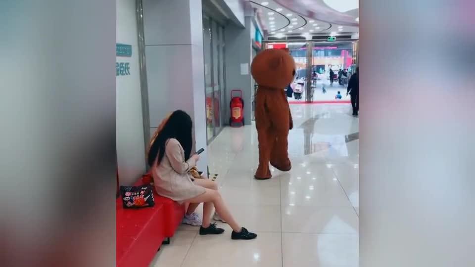 网红熊:现在的小姐姐都这么嚣张吗?小姐姐:这熊坏的很