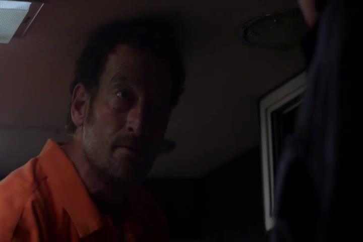 这个重刑犯太嚣张,能逃出去也不满足,还要对狱警下手