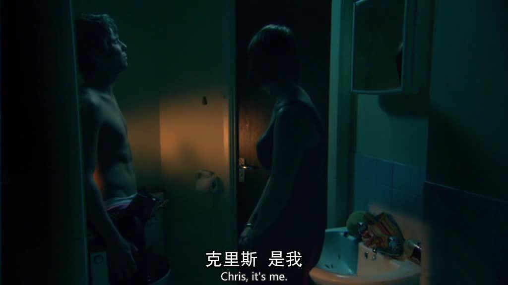 女在外面敲门,男子不知道是谁,不愿意开门