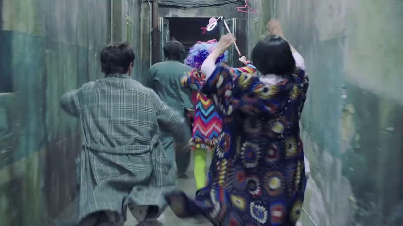 """#电影片段#男子背着""""鬼""""他却以为背的是伤员,最后一段简直笑死人"""