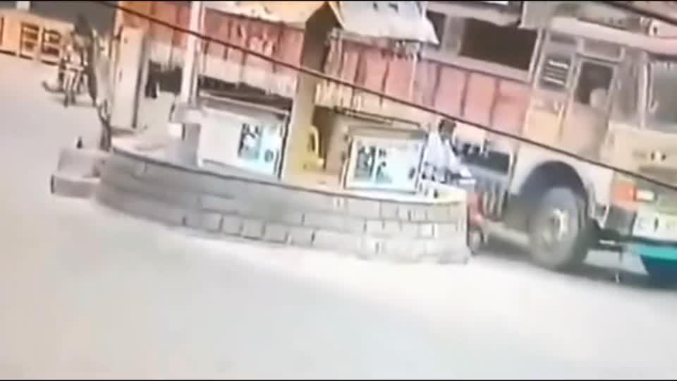 作死超车这就是下场,直接被大货车截杀!5秒后画面真惨