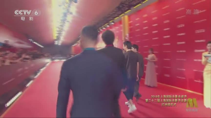 沈腾携电影《光天化日》亮相红毯,花衬衫配灰西装让人眼前一亮!