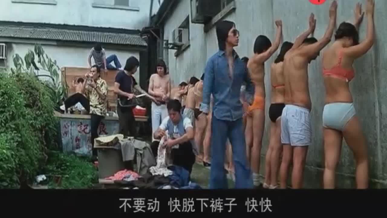 #羞羞看电影#搞笑!奸人坚带着一群混混路边打劫,遇到许冠杰被羞辱了一番。