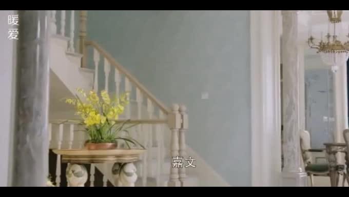 #经典看电影#保姆拖地不专心,女主人下楼途中因地板太滑摔倒,差点孩子都没了