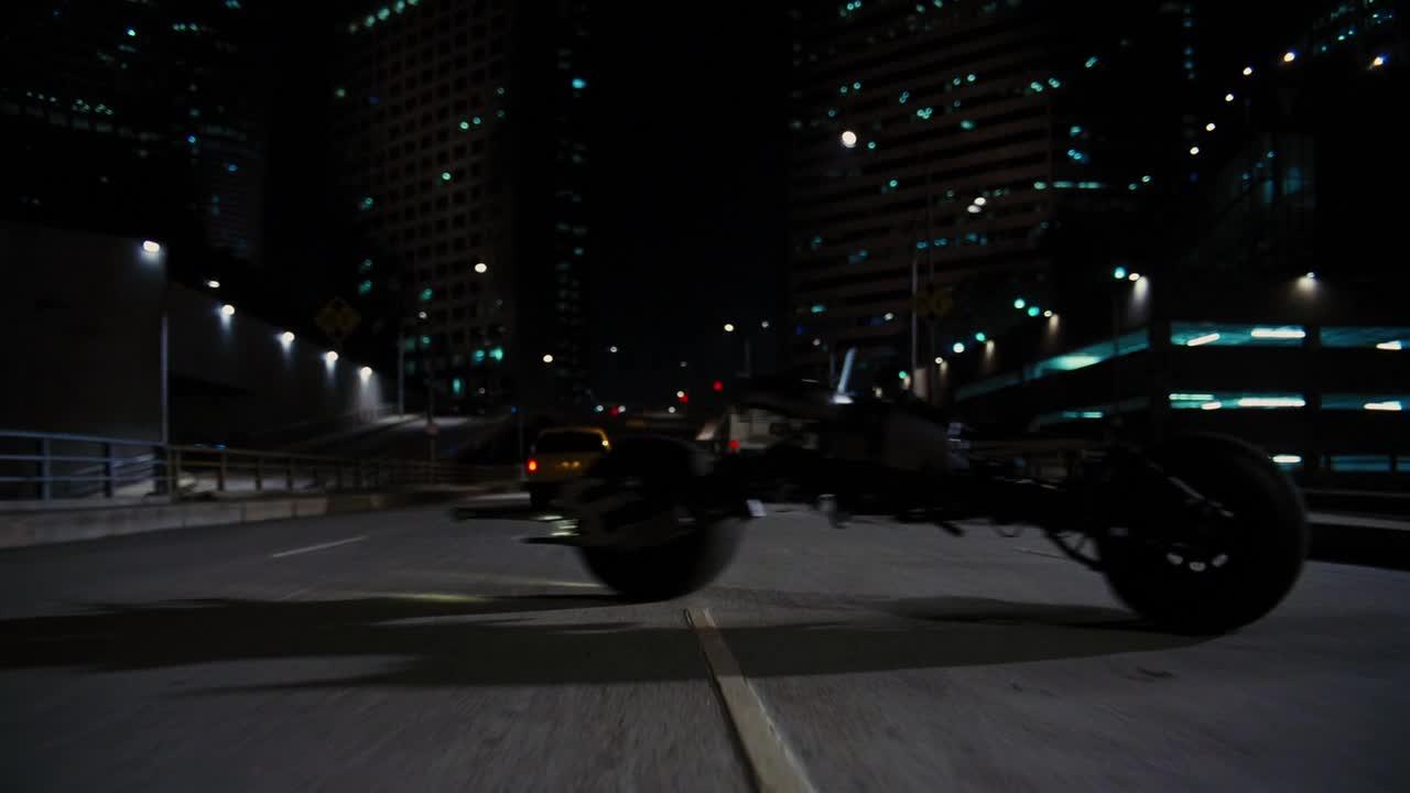 《蝙蝠侠:黑暗骑士崛起》警察出动全城警力捉拿蝙蝠侠