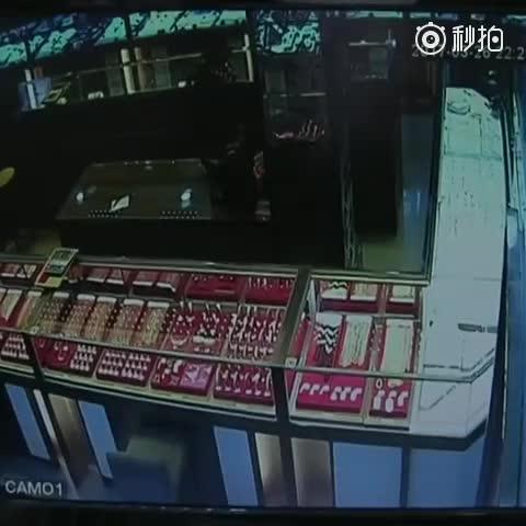 监拍!3月26日晚,一男子抢砸金店!