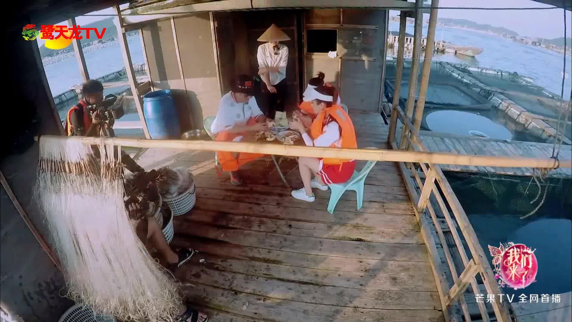 波叔的美意无法拒绝 摄像大哥嘴上说不要手却接住了螃蟹