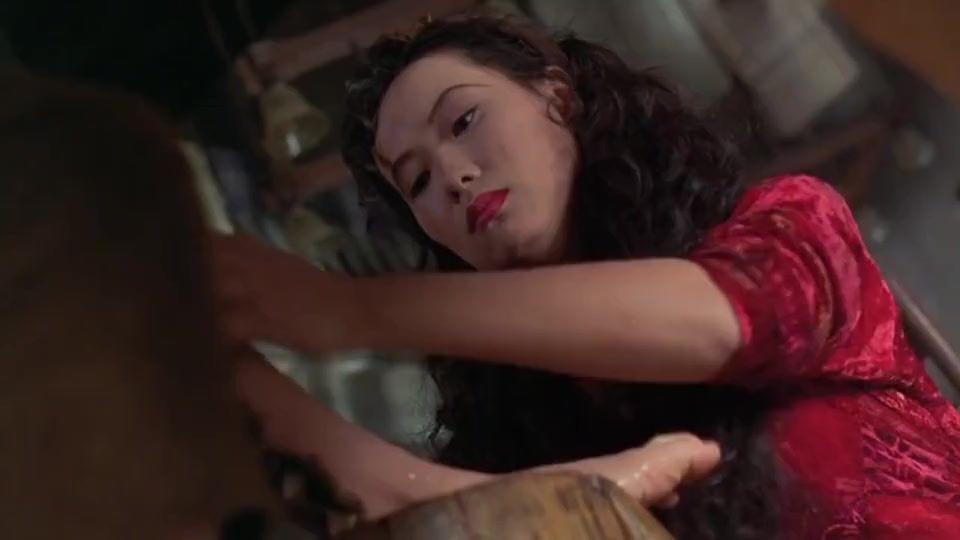 #影视烩#美女竟然用洗脚水煮饭,看见壁虎,美女做饭想坑人,没想到