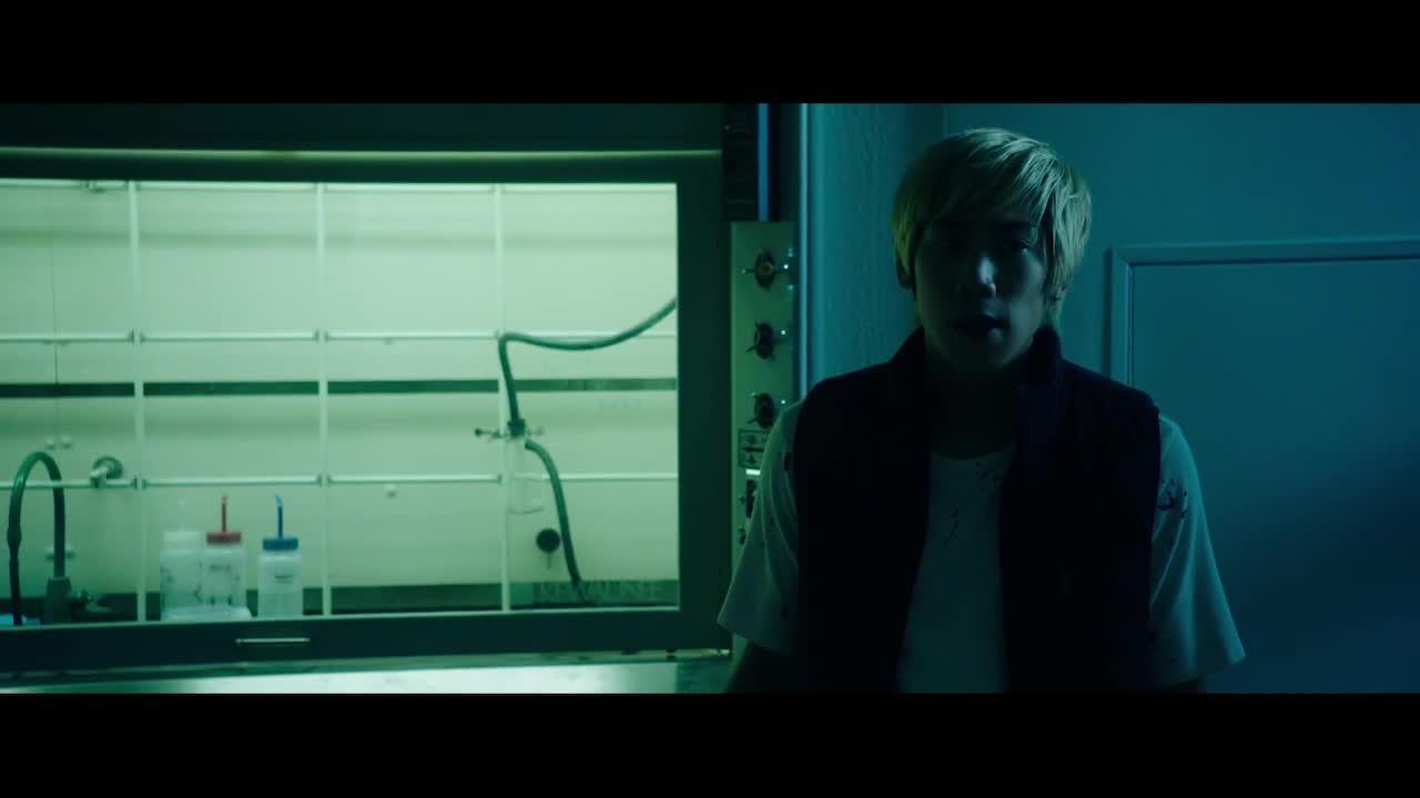 男主在阴暗的实验室中搜寻,打开试验器材的门,还以为同学是鬼