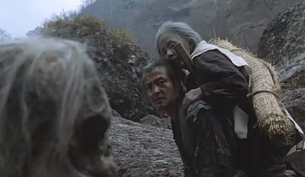 #经典看电影#可怕!这个村的老人只要活到70岁,就得被儿子背到山上自生自灭