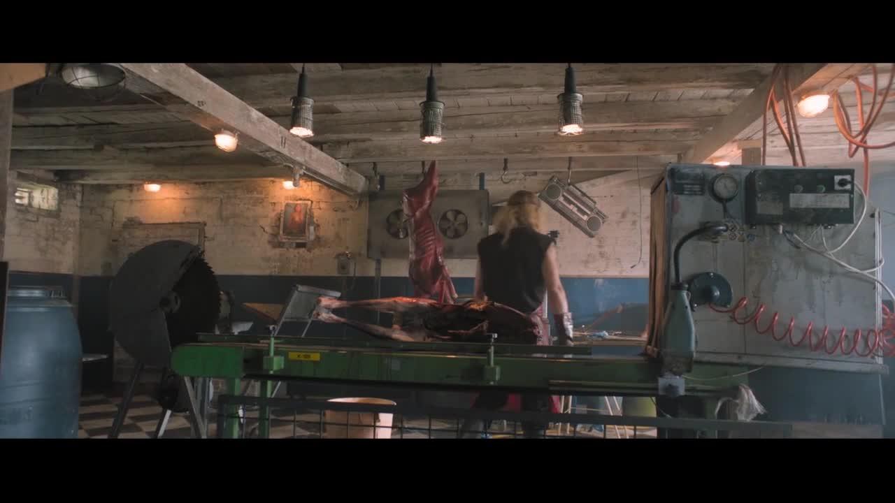 男子正在切割鹿肉,音乐不对去换音乐,鹿进机器里