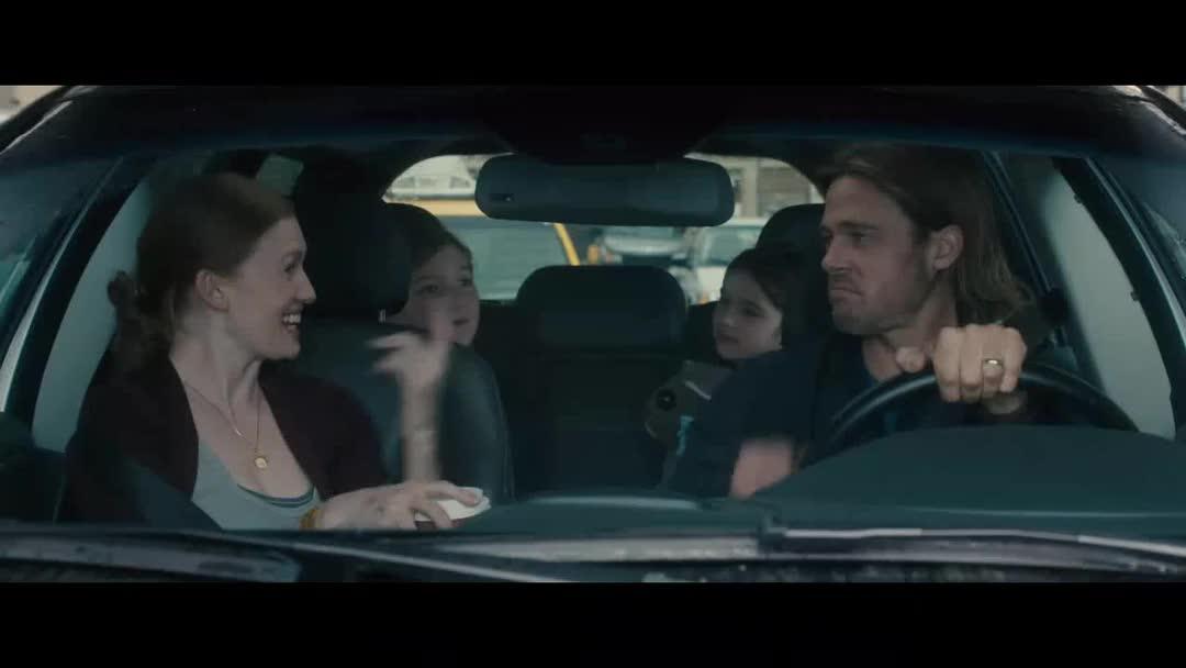 车不要了,逃命要紧,男子被咬后变成丧尸的瞬间,看了好可怕