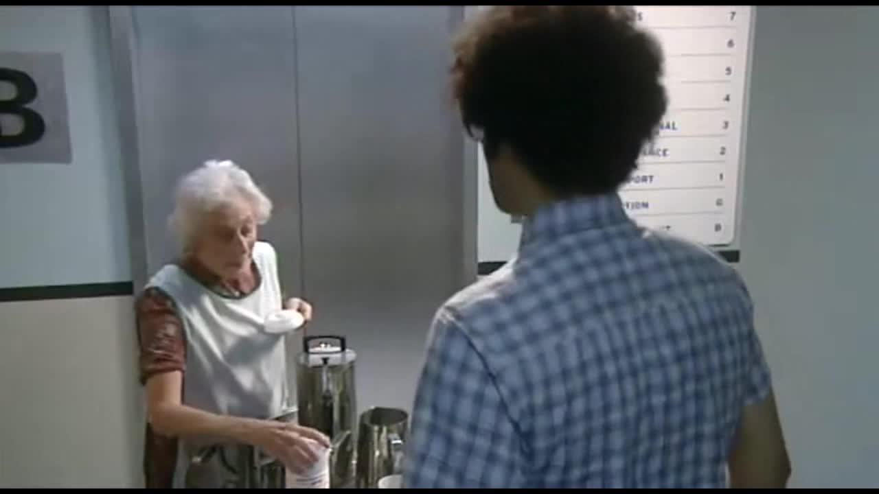 丹告诉Roy只要他能帮他们一个忙,就不要Roy输掉的钱