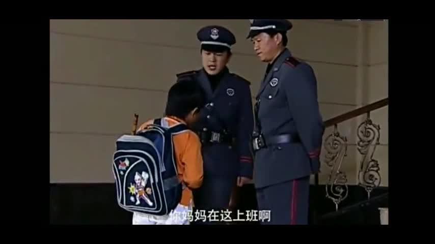 小孩到公司找妈妈,保安得知他妈名字后嘲笑他,上去就要暴打保安