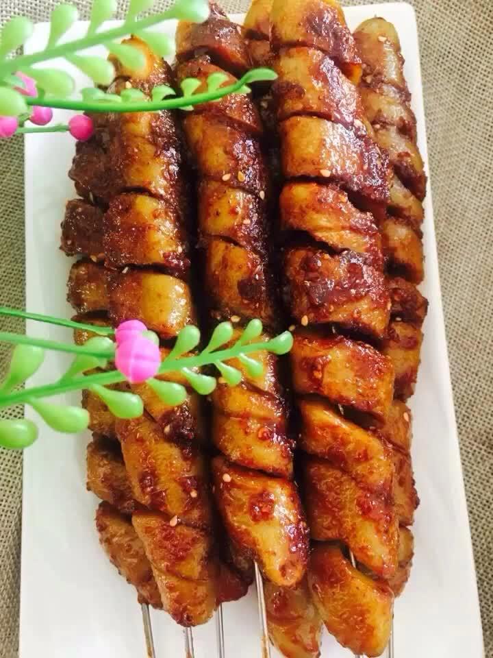 """#舌尖上的美食#夏天来了,教你家中自制""""烤面筋"""",太好吃了"""