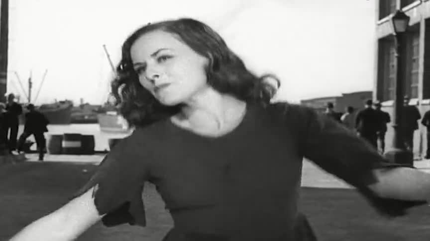 摩登时代:女孩在游乐场跳舞,被咖啡厅老板发现!