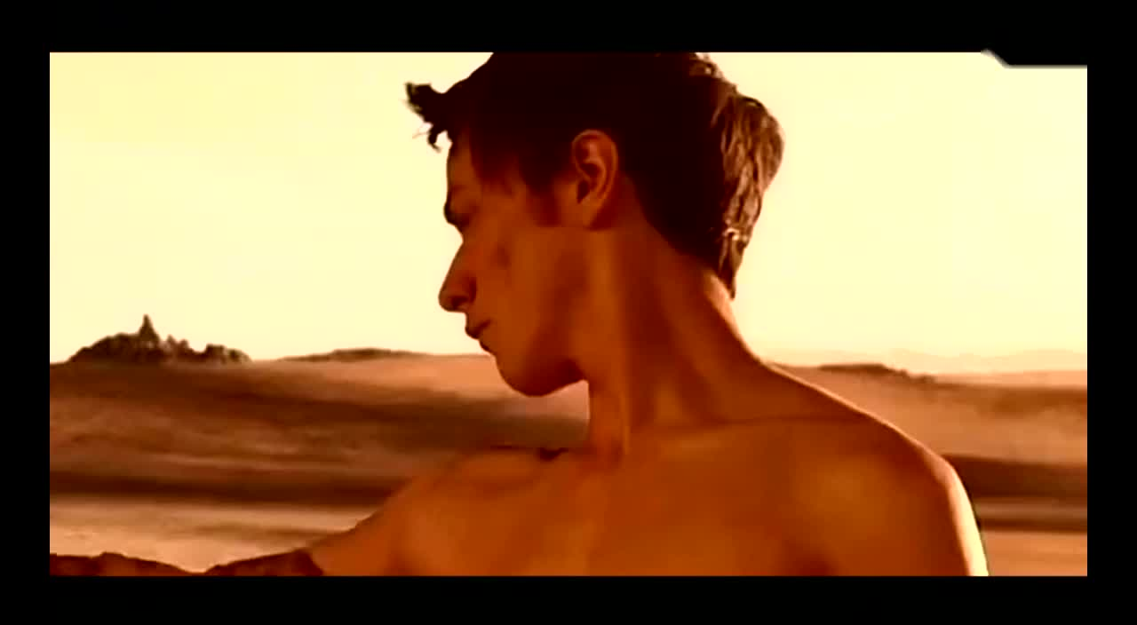 男孩钻出沙漠,发现自己获得了奇异的皮肤