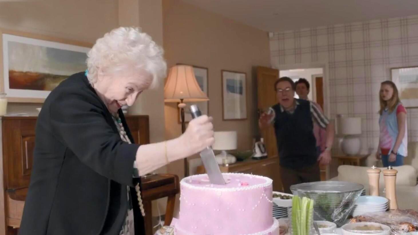 #电影最前线#一部搞笑无厘头电影,女儿偷偷躲在蛋糕下,不料母亲一刀切了下去