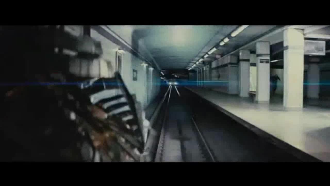 地铁站里,男子遭到侵蚀,变身远古神明