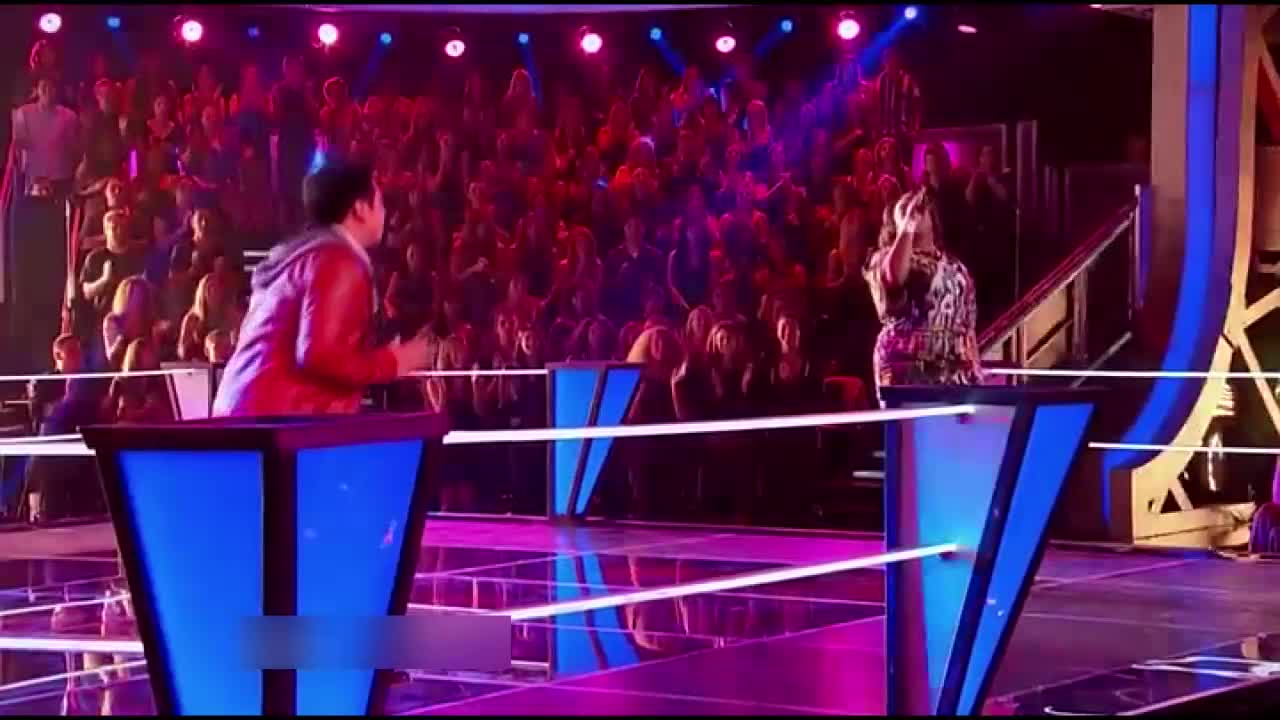 两位歌手表演让导师们喜笑颜开,布雷克跪求其他导师给点参考意见