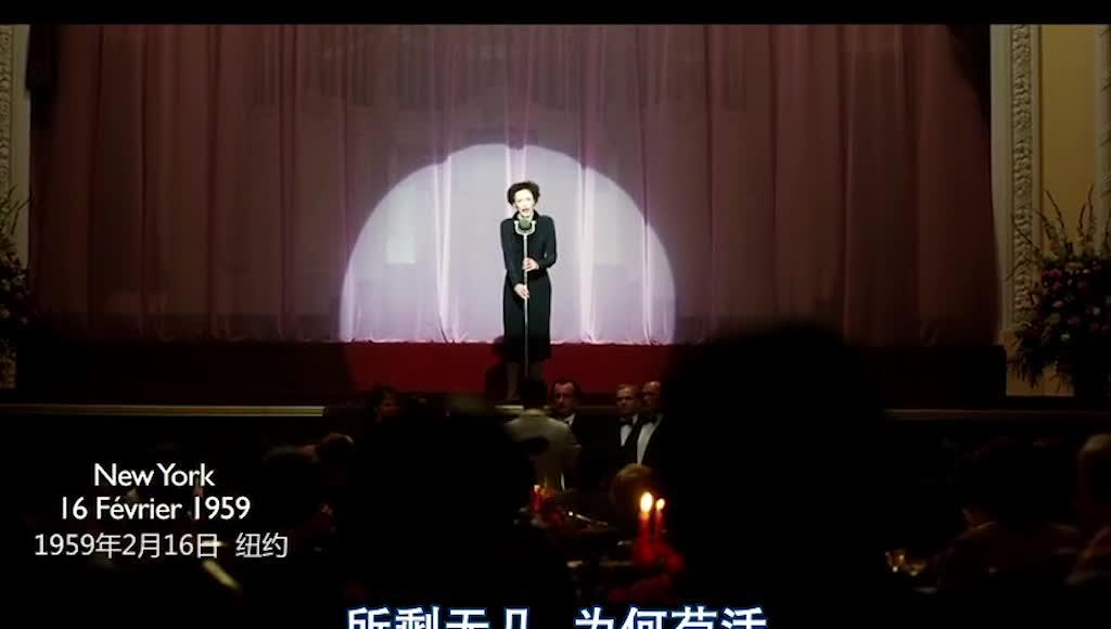 女子在舞台上歌唱,突然倒地,观众惊恐