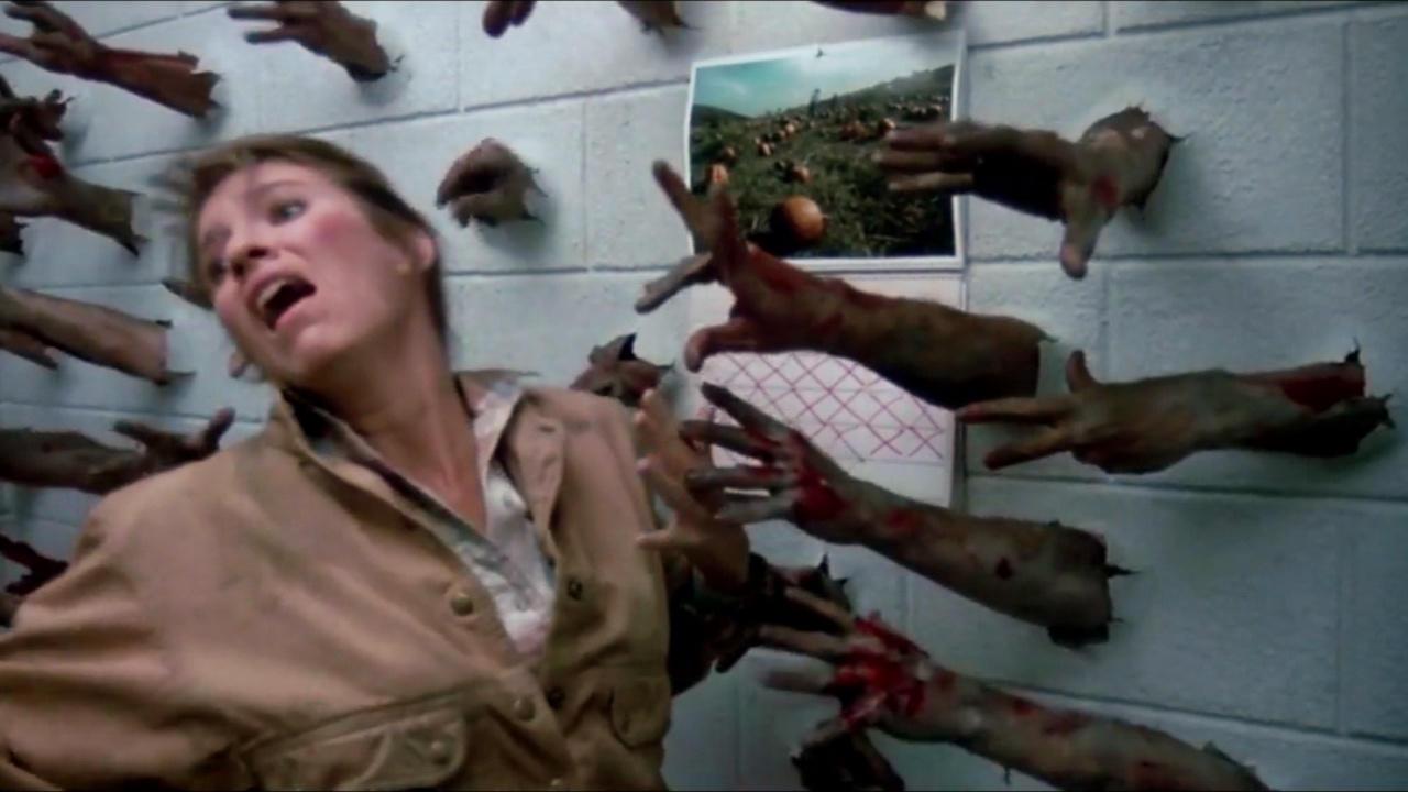 丧尸实在太多了,一不留神就会被围攻,1985版《丧尸出笼》