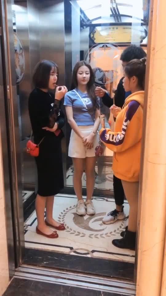 #搞笑趣事#以为是电梯共享零食,太尴尬了....
