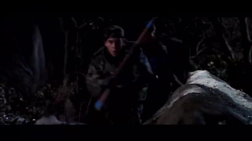 鬼娃扔出手雷,小伙为了拯救队友勇敢扑在上面