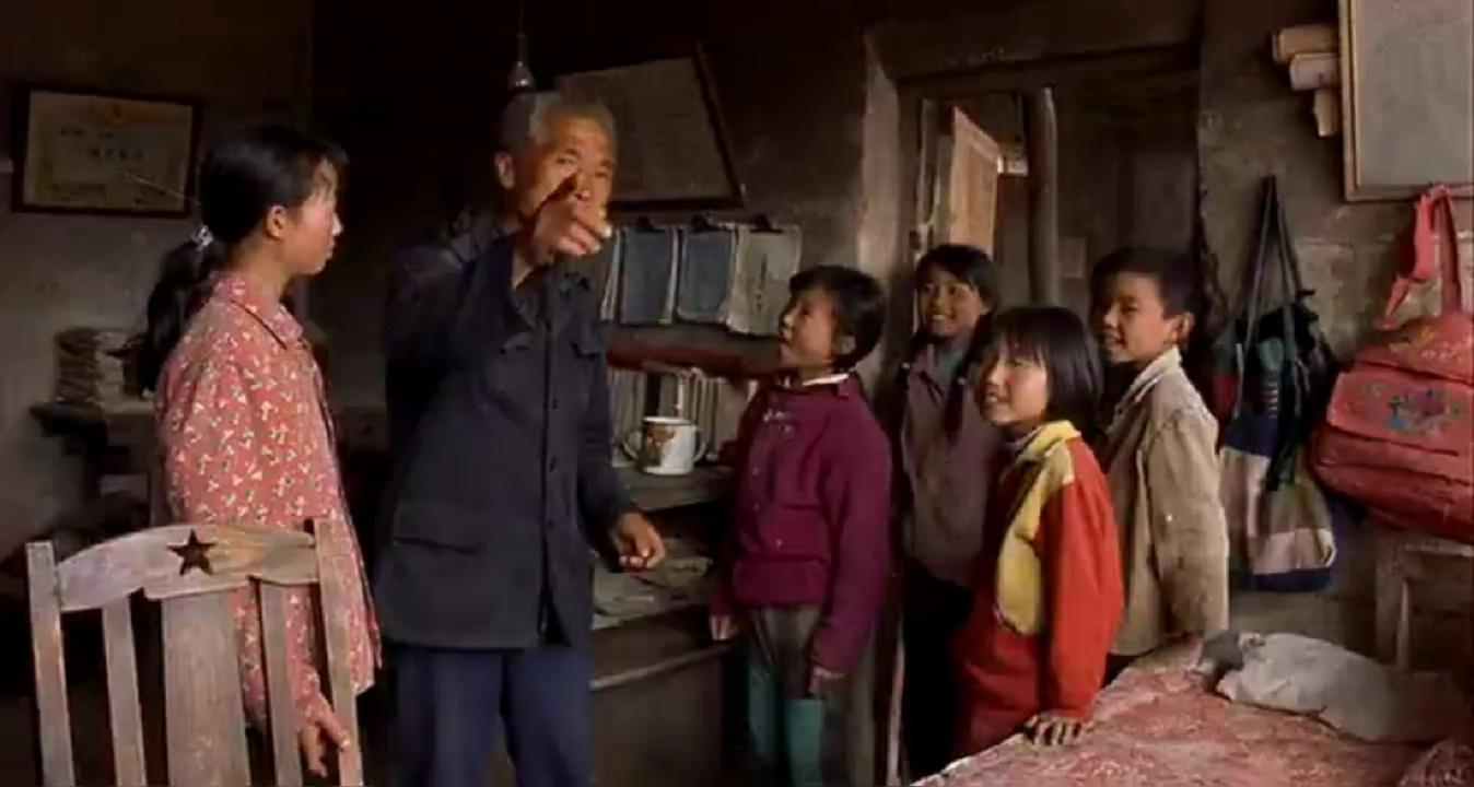 #经典看电影#贫困山区代课老师,一天用一根粉笔,一个月工资50块