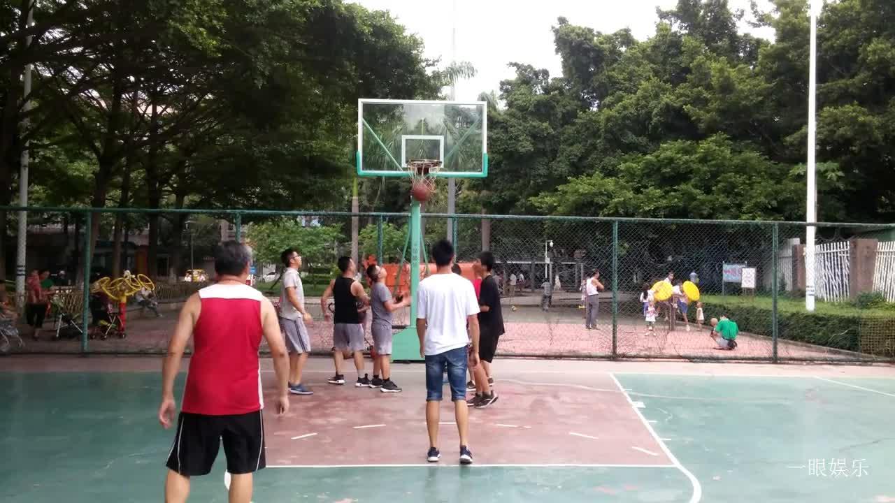 篮球运动老少都喜欢,看,这位阿叔与年轻人一起打篮球,很开心