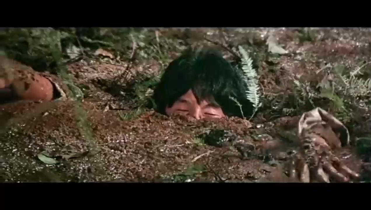 #经典看电影#成龙被人押着走,互相陷害掉进沼泽,这段笑喷了
