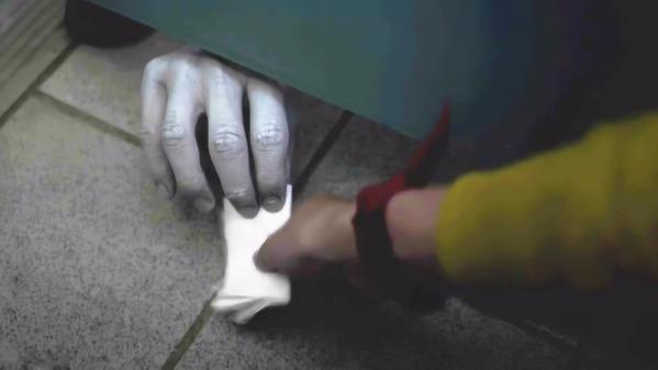 """#追剧不能停#美女上厕所没带纸,向闺蜜借纸时,伸过来的却是""""鬼""""手?"""