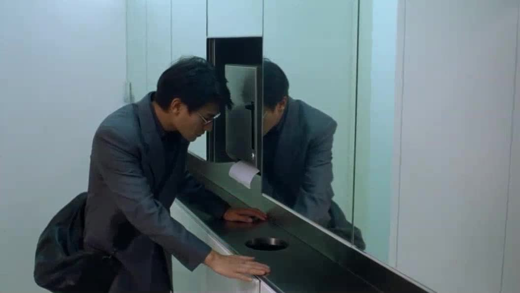 刘德华帅气登场,在洗手间做了手脚
